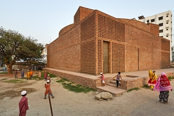The outer square is 23 m x 23 m and 7.6 m high. This forms the  facades of the mosque, the two surfaces we see from the approach road. In the square is a cylinder, which, surprisingly, is not situated symmetrically within the square, but moves to a corner