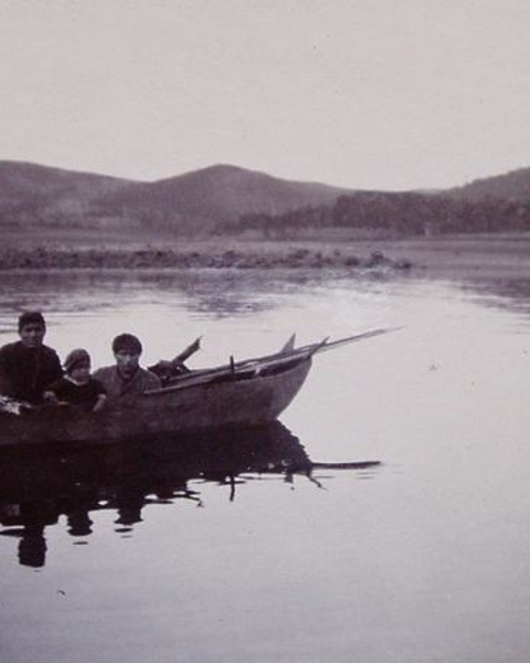 Example of a group with nautical technology: Yámana people in the Anglican mission of Bahía Tekenika (Tierra del Fuego), portrayed in the late 19th or early 20th century. Darwin lived with them during the second voyage of the Beagle.
