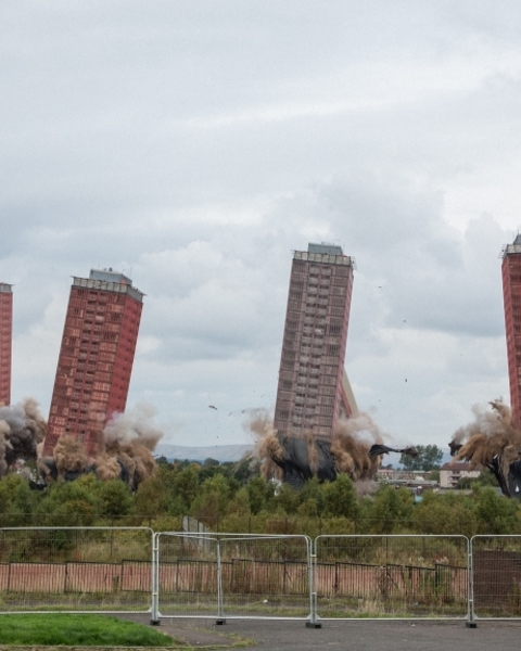 3.15 on Sunday afternoon: after a 10-second warning siren, the flats were finally demolished. Almost