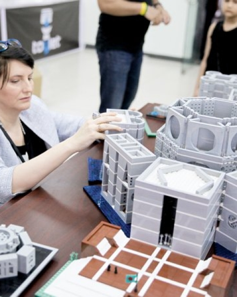 Juditha assembles the national assembly building with LEGO bricks at ToyCon 2018