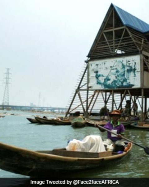A landmark floating school in Nigeria collapsed at around 10:00 am (0900 GMT) on Tuesday following a rainstorm.
