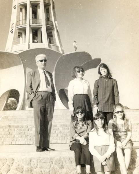 Nasreddin Murat-Khan with his daughters, with the completed Minar-e-Pakistan in the background. Nasreddin Murat-Khan with his family at the minar