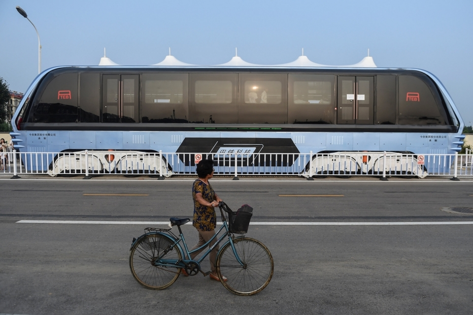 The traffic-straddling bus during its test run in Qinhuangdao in August. Last week, more than 30 members of the company behind the project were detained on suspicion of illegal fund-raising.