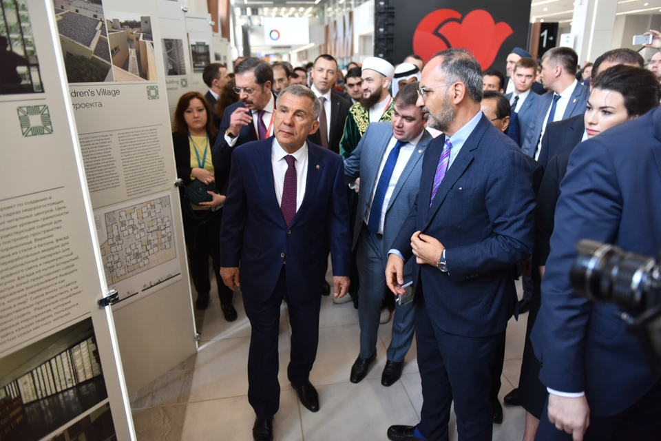 The President of the Republic of Tatarstan, His Excellency Rustam Minnikhanov, touring the exhibition on the Aga Khan Award for Architecture, with Director Farrokh Derakhshani, at right.