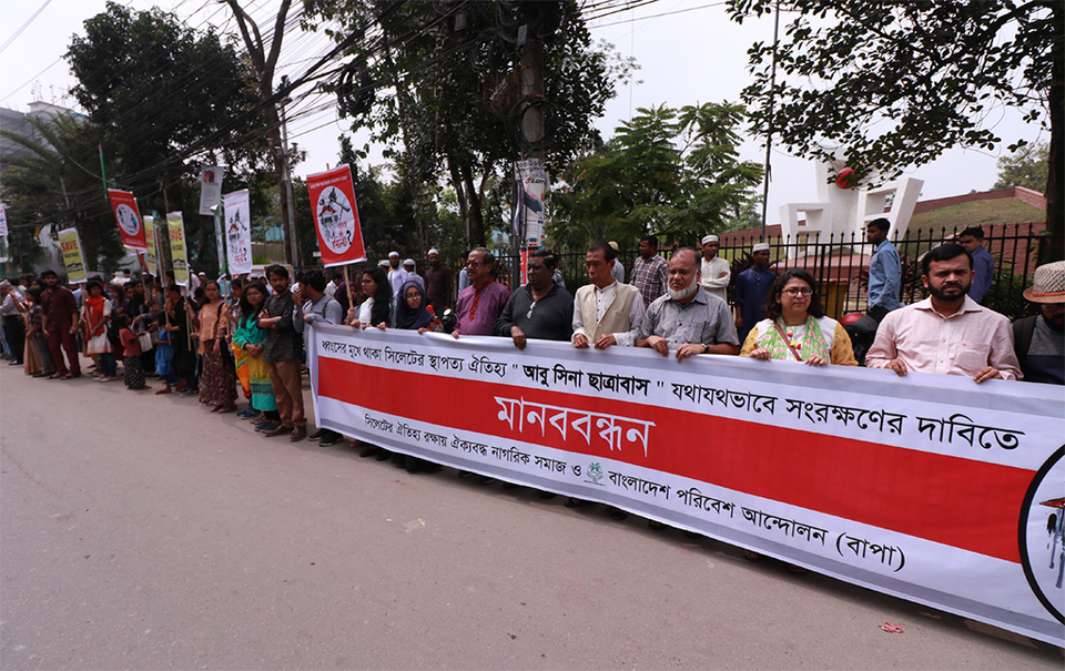 A human chain held protesting the demolition of Abu Sina Hostel on March 12, 2019