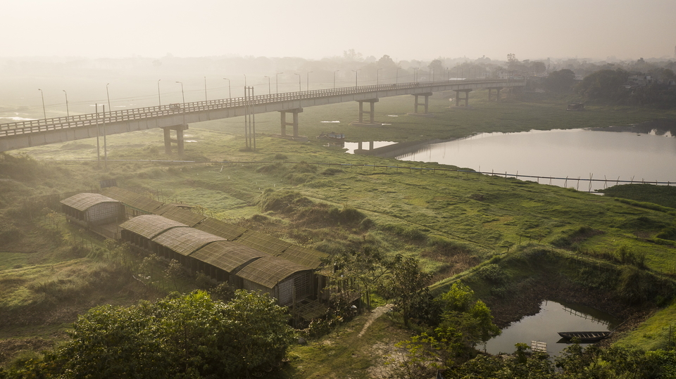 The site on which the school is built is a 486 square meter patch of land under a bridge. In the dry season, it is located 50 meters from a large river