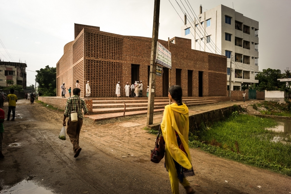 The geometry of the plan is very structured, coming from a heritage of the mosques of the Bengal Sultanate period, which had similarly formal brick buildings, and the modernist tradition of Louis Kahn