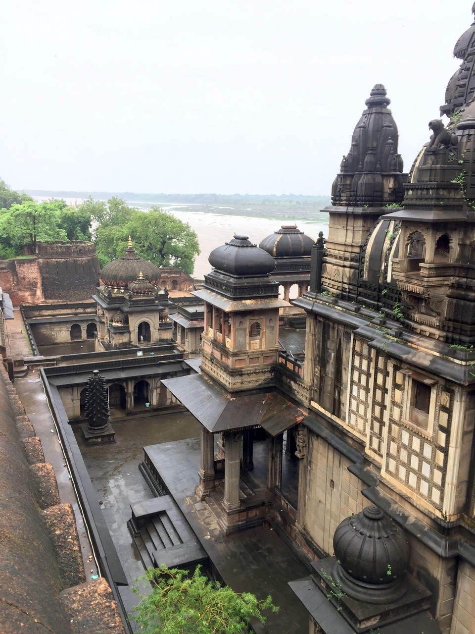 Maheshwar: temples, the 'middle ground' between the river and Ahilya fort