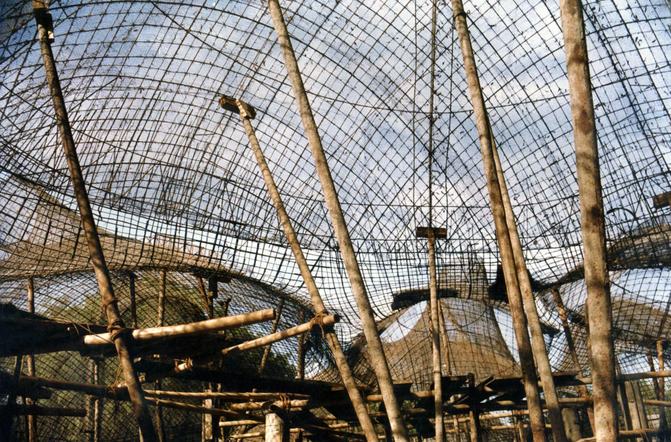 The building armature - chicken-wire mesh reinforcement and metal supports