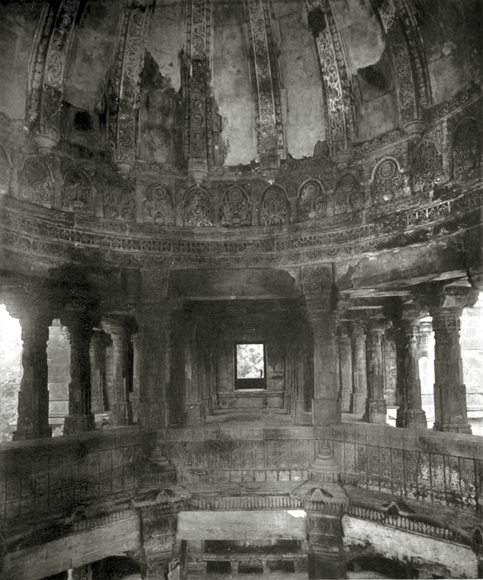 L. Jâmi' Masjid, Champanîr: interior of central dome.