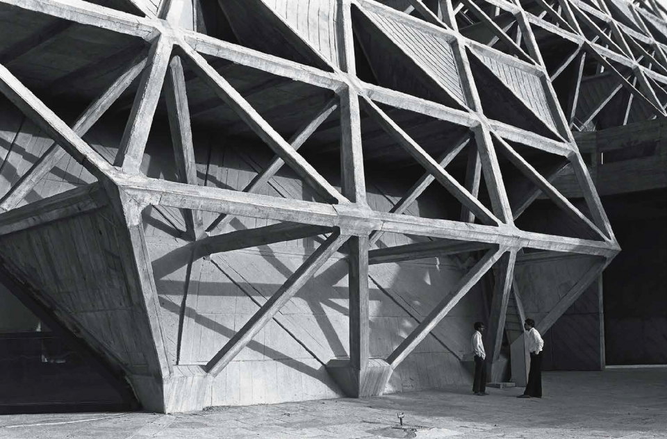 Photo capturing the springing point of a set of three nodes emerging from the ground with openings on both sides. The height of the basic pyramid module of the space frame is 3.5m and each member is 4.87m long.