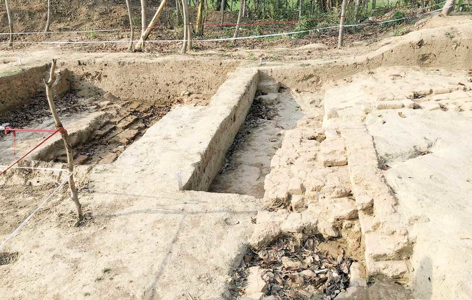 Archeologists have unearthed an archaeological site dating back between the 9th century and mid-11th century in Gaurighona union under Keshabpur upazila in Jessore