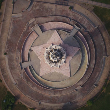 Khan had created a crescent-shaped lawn that would encircle the structure. The two crescents represented East and West Pakistan and were embracing each other.