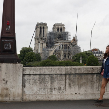 A new lawsuit alleges that Paris authorities have underplayed the risk of lead poisoning in the vicinity of Notre-Dame Cathedral